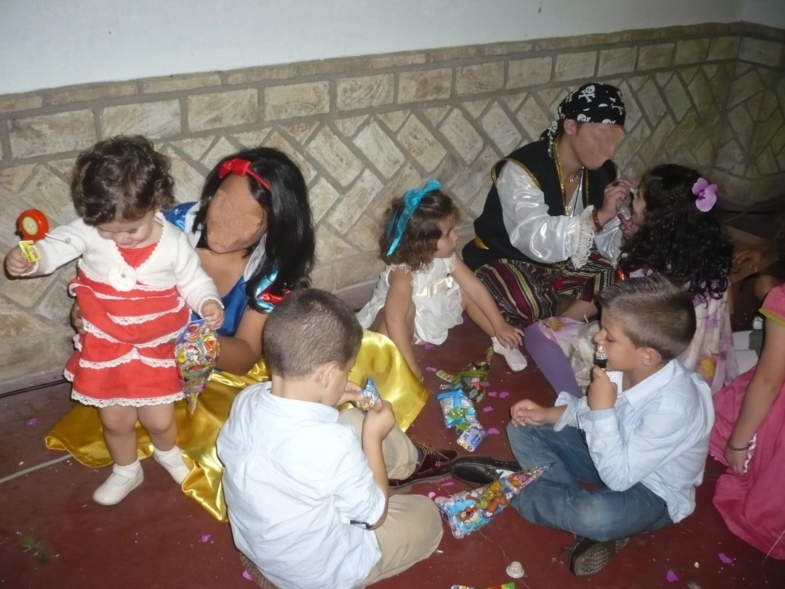 animador infantil pintando a niños