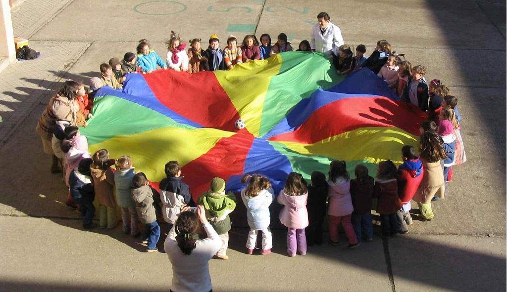 paracaidas infantil en un colegio